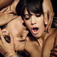 Шелковая простыня, пышное перо, любимый человек - это эротический массаж